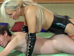 Kinky blond female-dominator in leather gear plugs her sub